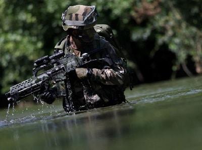 soldat, debout, eau, rouges, point, portée, fusil