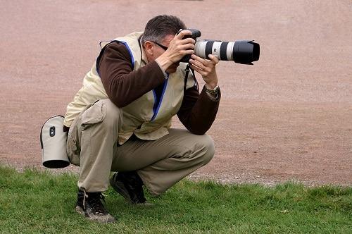 Photographe portant un gilet caché
