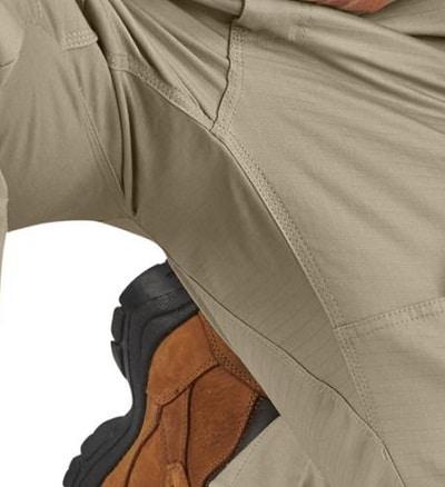 homme portant un pantalon cargo à genoux