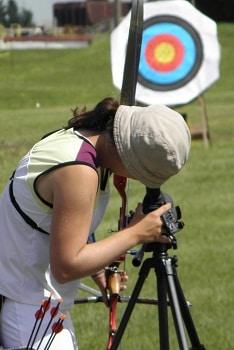 archer regardant à travers une lunette d'observation
