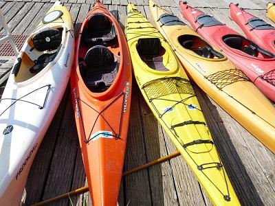 kayaks colorés