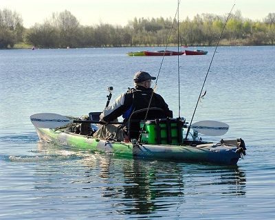 "kayak-de-pêche-sur-l'eau ""width ="" 400 ""height ="" 320 ""srcset ="" https://www.armesloisirs.com/wp-content/uploads/2021/03/fishing-kayak-on-water.jpg 400w, https://outdoorempire.com/wp-content/uploads/2016/11/fishing-kayak-on-water-300x240.jpg 300w ""data-lazy-tailles ="" (largeur maximale: 400px) 100vw, 400px ""src = ""https://www.armesloisirs.com/wp-content/uploads/2021/03/fishing-kayak-on-water.jpg"" /></p> <p><noscript><img class="