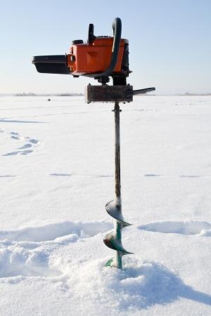 tarière à glace sur le lac