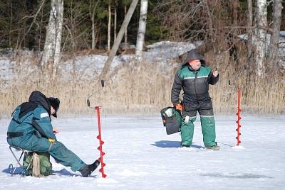 tarières à glace avec des pêcheurs