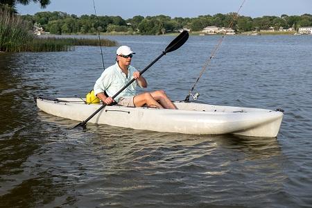 Homme de pêche en kayak