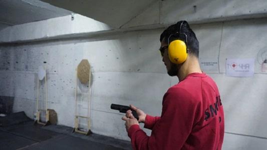 homme tirant un pistolet à air