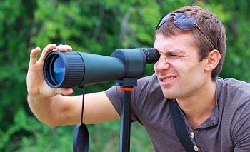 L'homme qui regarde dans le télescope
