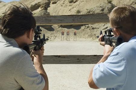 Deux hommes visant des fusils au champ de tir