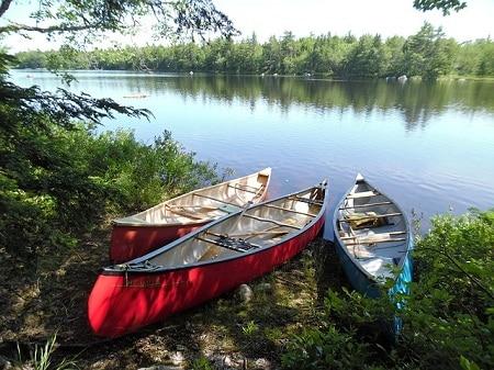 3 canoës garés au bord du lac