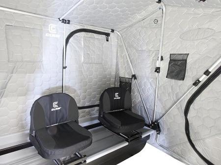 Intérieur de la tente de pêche sur glace aux palourdes avec sièges