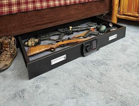 SnapSafe Under Bed Safe XXL sous le lit chargé de fusils