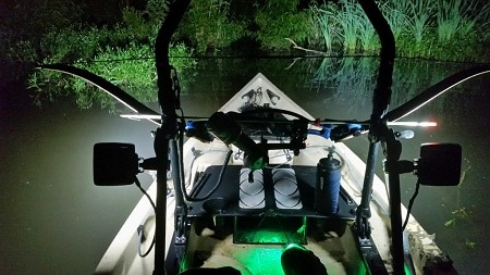bateau sur la rivière avec des lumières allumées la nuit