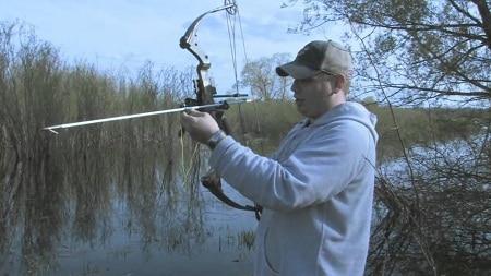 Flèche de fixation Bowfisher dans un lac arbustif