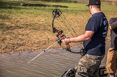 bowfisher utilisant un arc à poulies