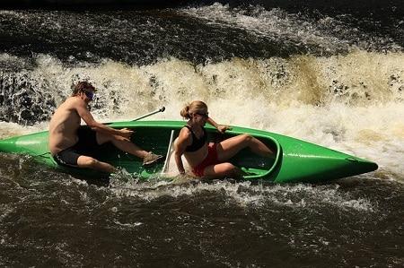 couple en canoë incliné sur eaux agitées