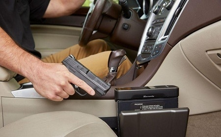 pilote tenant le pistolet d'un Hornady Rapid Safe