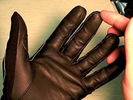 doigt pointé sur une main gantée