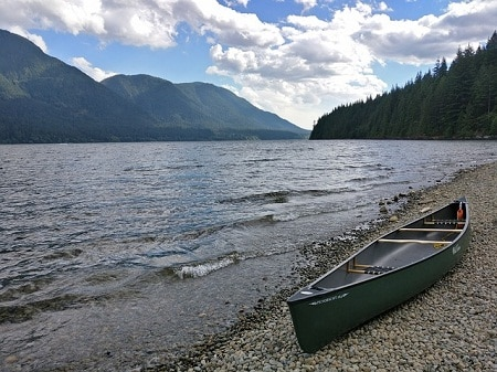 canoë vert au bord de la rivière