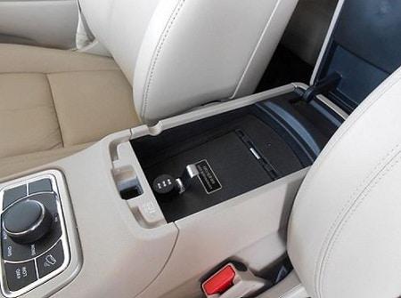 coffre-fort pour pistolet dissimulé entre les sièges d'auto