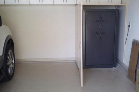 coffre-fort pour pistolet installé dans un coin de garage