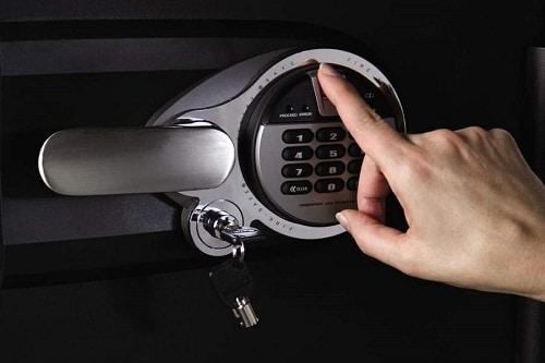 Le coffre-fort se verrouille vers le haut, déverrouillage manuel à l'aide de la biométrie