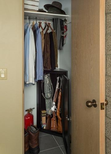 coffre-fort avec portes ouvertes dans le placard