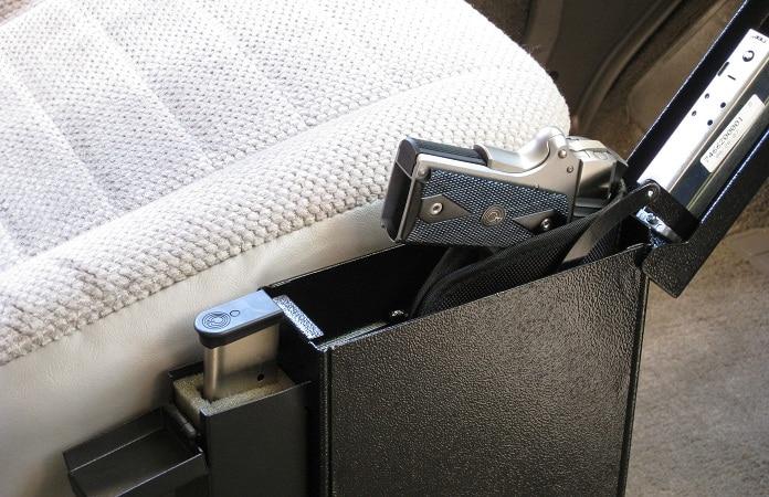pistolet coffre-fort avec pistolet par siège du conducteur de voiture