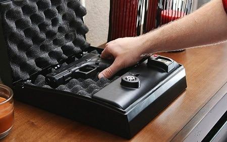 Main obtenir un pistolet d'un coffre-fort pour pistolet de chevet
