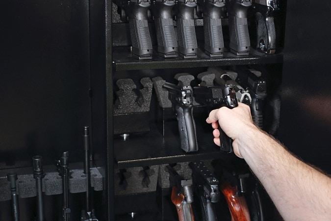 main obtenir un pistolet à partir d'une sélection d'armes à feu en coffre-fort
