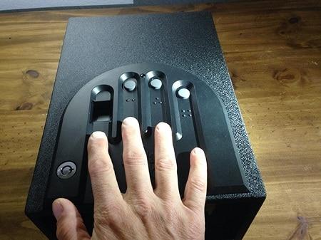 ouverture manuelle d'un GunVault Minivault GVB1000 avec biométrie