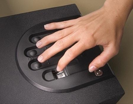 main ouvrant un coffre-fort pour pistolet biométrique