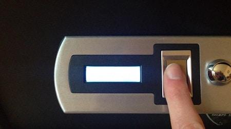 index ouvrant une serrure biométrique