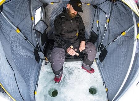 Homme pêche sur glace dans la tente de glace Frabill Recruit