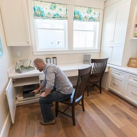 Homme ouvrant le pistolet en toute sécurité dans le tiroir