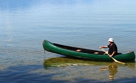 Homme pagayant canoë à bascule modérée