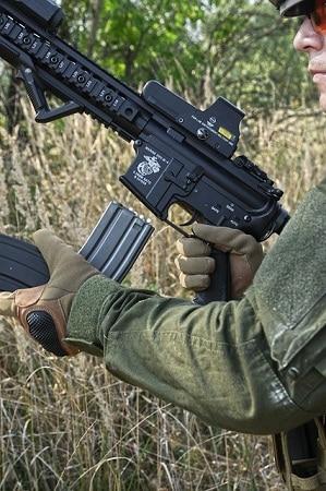 Homme rechargeant le magazine de fusil airsoft