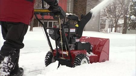 homme, enlever la neige du trottoir avec souffleuse à neige