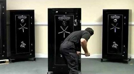 Homme essayant d'ouvrir un coffre-fort pour armes Steelwater SWSD16GUN-EMP