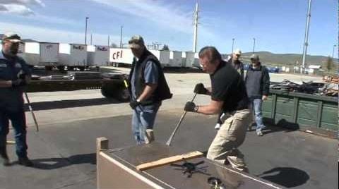 hommes ouvrant de force un coffre-fort pour arme à feu
