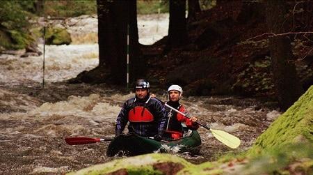 hommes rafting en canoë