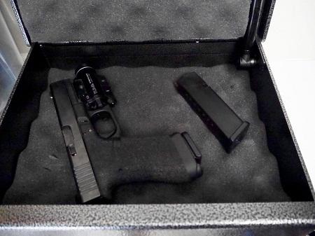 ouvert Fort Knox PB1 avec pistolet et chargeur