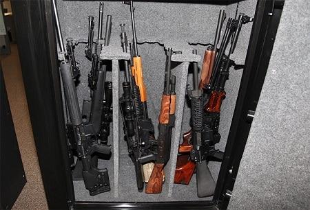 fusils à l'intérieur d'un coffre-fort ouvert