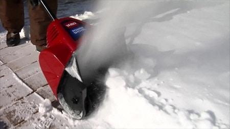 neige sur la chaussée déblayée avec Toro Power Curve
