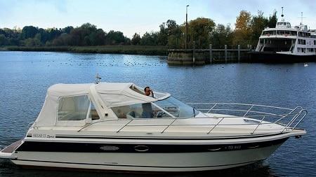 bateau à moteur blanc avec chauffeur debout