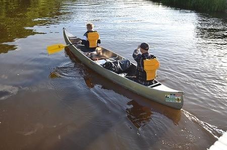 jeunes hommes faisant du canoë sur des eaux calmes
