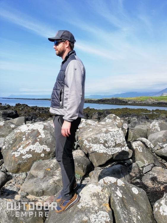 Debout sur un rocher glissant avec une pente raide avec des bottes bien adhérentes