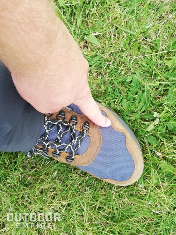 Pointant vers le point chaud sur l'orteil des bottes Kodiak Skogan