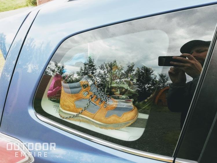 Kodiak Skogan bottes à l'arrière de la voiture par la fenêtre