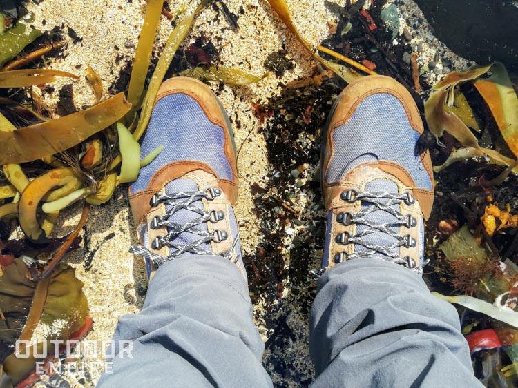 Regardant les pieds debout dans l'eau en bottes Kodiak Skogan