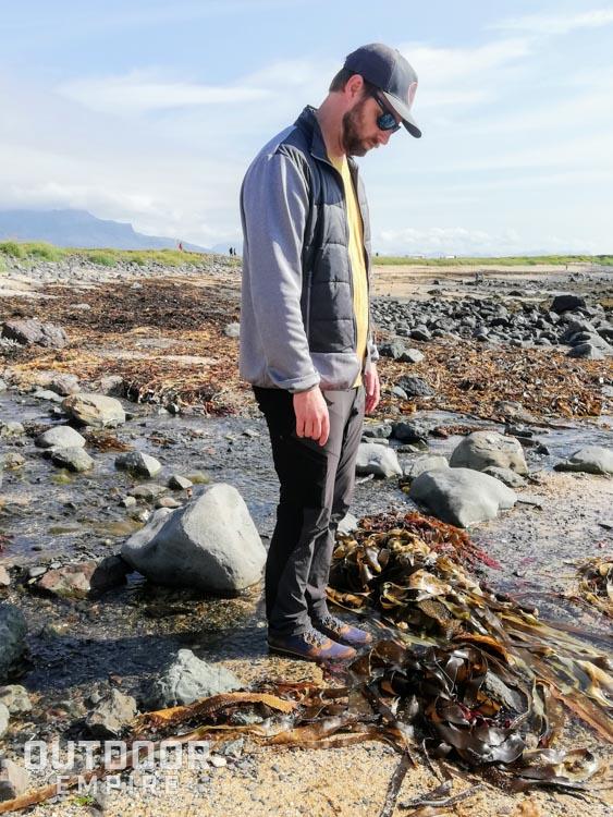 Debout dans l'eau dans un ruisseau portant des bottes Kodiak Skogan